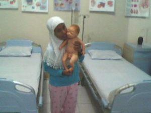 Kayak bayi beneran....... jd harus hati2 gendongnya.... ;)