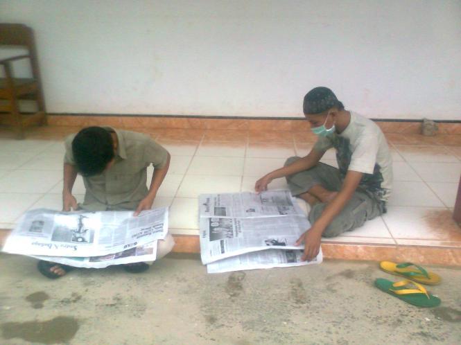 kalau uda selesai kerjaan,,, waktunya baca koran... meskipun gi kerja harus ada ilmu yang kita dapatkan