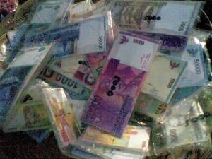 ada juga yang jual uang,,,, hah uang di jual harganya brapa tuh...*** uang mainan jhy kasian